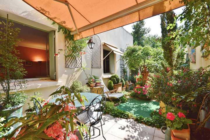 Maison xix me pleine de charme de 195 m dans le centre for Le petit jardin uzes
